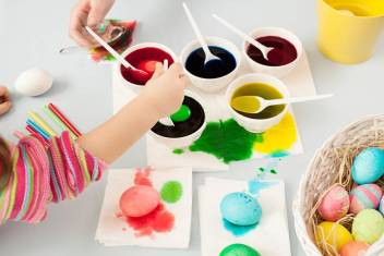 kids dyeing eggs.jpg.870x0_q70